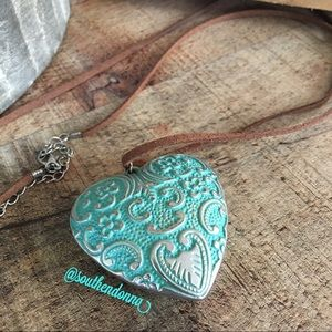 💕EUC Beautiful Vintage Style Heart Necklace